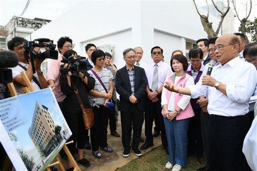 行政院長蘇貞昌25日視察「恆春旅遊醫院重建醫療大樓工程」。(圖/行政院提供)