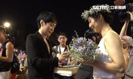 「同婚宴」20對新人進行證婚儀式。(圖/記者連雅卉攝)