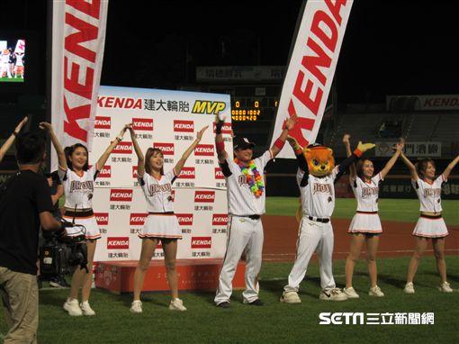 ▲統一獅選手潘武雄獲選單場MVP,贊助廠商送輪胎。(圖/記者蕭保祥攝影)