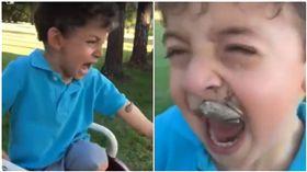 青蛙黏手嚇哭男童!豬隊友媽「彈手指」 蛙直撲嘴上更驚悚(圖/翻攝自推特@24Miriah)