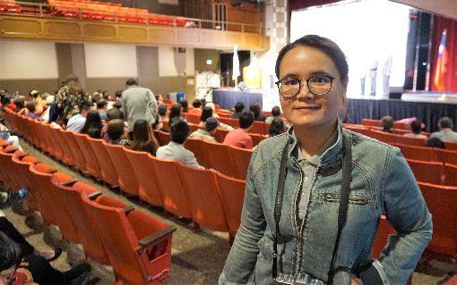 光雕投影布袋戲 延續父親夢想新勝景掌中劇團將傳統布袋戲搭配3D動畫的光雕投影,創造新的面貌,創辦人的女兒朱婉甄(圖)表示,看到觀眾的反應,終於理解父親當年對布袋戲的堅持。中央社記者林宏翰洛杉磯攝 108年5月25日