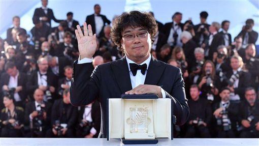 南韓導演奉俊昊(Bong Joon-ho)執導的「寄生上流」(Parasite)今(25)天奪得坎城影展最高榮譽金棕櫚獎。這是一部有關南韓貧富差距不斷擴大的令人讚賞諷刺作品。(圖/翻攝自@goldenglobes推特)