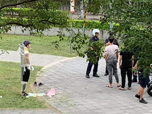 年輕人慶祝生日遭警察關切。(圖/翻攝自爆廢公社)