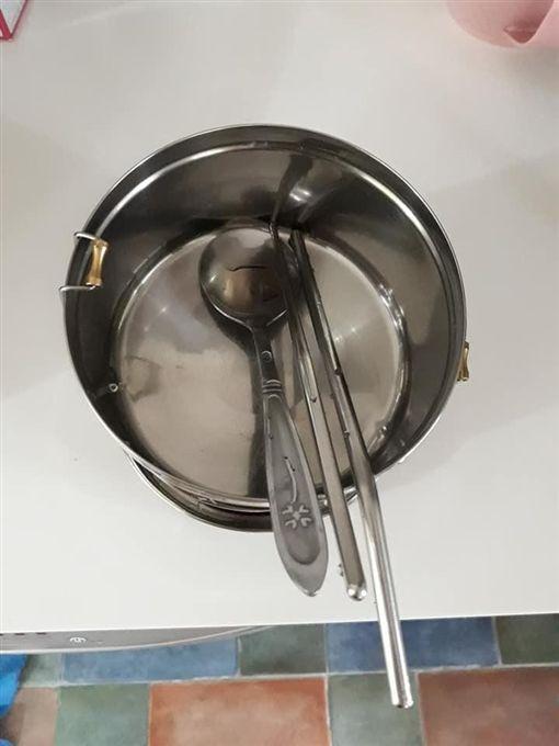 天兵爸誤放這餐具!學校「打開餐袋」女兒囧爆 同學全笑瘋(圖/翻攝自爆怨公社臉書)