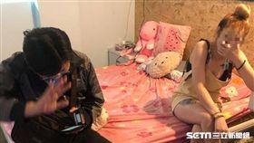 移民署北市專勤隊與萬華分局合力緝獲4名越南籍賣淫女子(翻攝畫面)