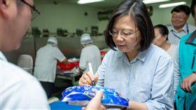 蔡英文總統26日下午赴嘉義參訪「義竹東晟水產」。(圖/總統府提供)