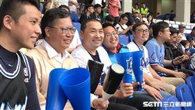 桃園市長鄭文燦和新北市長侯友宜一同看棒球。(圖/記者王怡翔攝影)