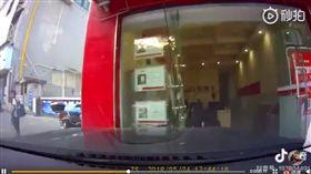 交通亂象多,三寶可說是無奇不有!大陸一名資深車評人袁啟聰,在微博分享一段行車紀錄器,可看到女駕駛似乎忘記怎麼開車,不斷問副駕「煞車是哪個?」結果直接撞進一間店家。影片曝光後,掀起網友熱議,紛紛笑虧:「車上的人可能都很絕望!」(圖/翻攝自微博)
