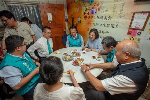 蔡英文總統26日下午赴嘉義朴子參拜「配天宮」,同時也品嚐當地美食虎兒油飯。