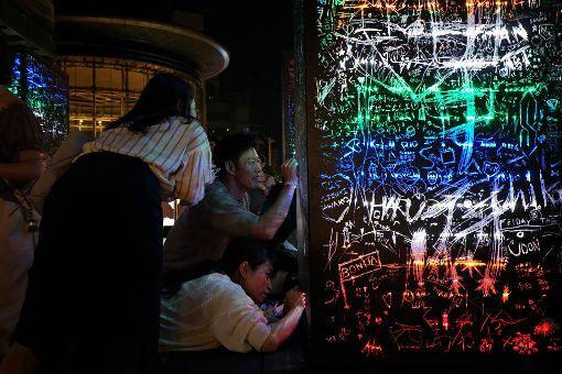 東京六本木藝術夜 莊志維作品綻放彩虹光芒年度當代藝術饗宴「六本木藝術之夜2019」25日在東京六本木登場,台灣藝術家莊志維的作品「黑暗中的彩虹」位於六本木大道旁,相當顯眼。(莊志維提供)中央社記者楊明珠東京傳真 108年5月26日