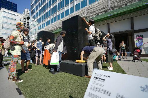 莊志維作品黑暗中的彩虹 在東京展出台灣藝術家莊志維的作品「黑暗中的彩虹」在「六本木藝術之夜2019」參展。他透過設置於廣場中央、矩陣排列的黑色量體裝置,開啟一場與大眾的對話。(莊志維提供)中央社記者楊明珠東京傳真 108年5月26日
