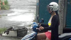 雨讓正妹濕身 白T下竟「無罩駕駛」