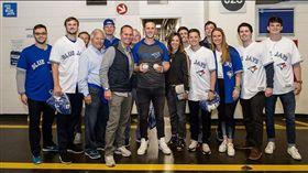 ▲畢吉歐(左5)的家人、朋友共同見證大聯盟首安、首轟,包括名人堂球員老畢吉歐(左4)。(圖/翻攝自MLB推特)