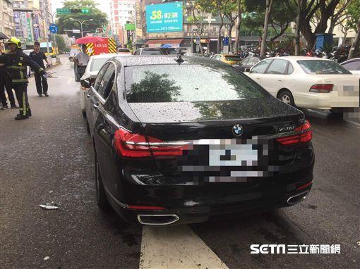 台中BMW大7連撞4車、駕駛命危送醫/翻攝畫面