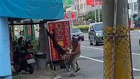 嘉義縣1名男子在檳榔攤前虐狗,過程全被熱心民眾拍下PO網(翻攝《爆料公社》)