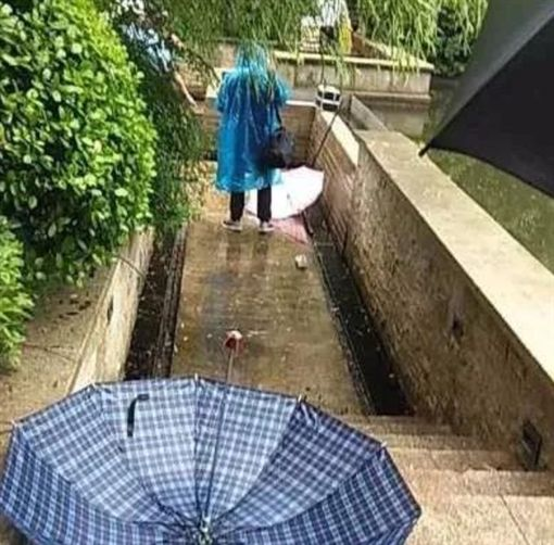 戶外景觀燈漏電!2女童調皮「踩積水玩耍」瞬間活活被電死(圖/翻攝自微博)