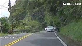 北宜公路超車失控 轎車打滑自撞山壁
