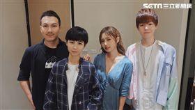 阿龔(左起)與魏嘉瑩、簡廷芮、瑋瑋在後台慶功合照。(圖/張閔翔提供)