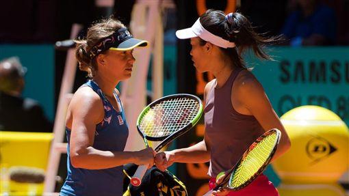 謝淑薇(右)與絲翠可娃聯手摘女雙冠軍。(圖/翻攝自WTA推特)