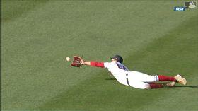 ▲紅襪貝茲(Mookie Betts)飛撲美技沒收安打。(圖/翻攝自MLB官網)