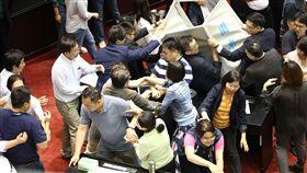 立法院第9屆第7會期第15次會議國民黨於議會現場抗議卡李進勇案。(記者林士傑/攝影)