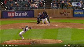 ▲釀酒人後援投手傑佛瑞斯(Jeremy Jeffress)驚險閃過強襲球。(圖/翻攝自YouTube)