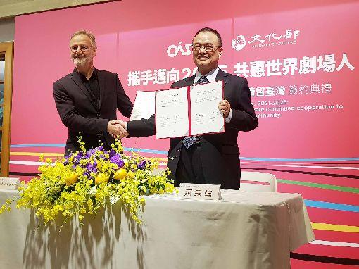 文化部與國際劇場組織簽約  總部續留台灣OISTAT國際劇場組織2006年移設來台已14年,文化部次長蕭宗煌(右)與OISTAT國際劇場組織總裁戴博德(Bert Determann)(左),28日簽署OISTAT總部續留台灣5年至2025年的協議書,並共同發表「共惠世界劇場人」宣言,提出4大主張。中央社記者鄭景雯攝  108年5月28日