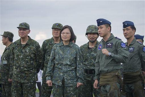 總統蔡英文28日前往彰化戰備道視導軍機戰備道起降操演。(圖/總統府提供)
