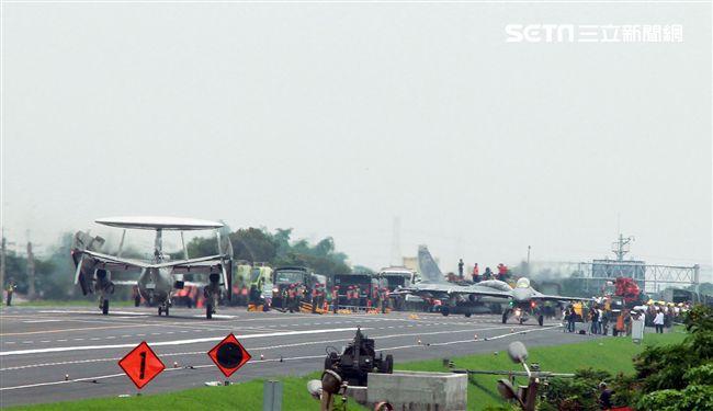 漢光卅五號演習,國道一號彰化戰備道實施戰機起降及整補作業演練,lDF經國號、F-16V、幻象2000戰機及E-2K預警機陸續降落、加油掛彈、再起飛。(記者邱榮吉/彰化花壇拍攝)
