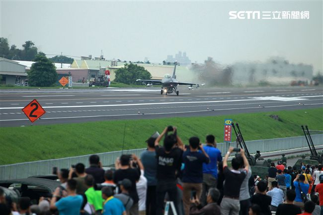 軍事迷聚集在國道一號旁搶拍戰機起降。(記者邱榮吉/彰化花壇拍攝)