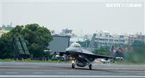 F-16戰機加掛魚叉攻船飛彈緊急起飛。(記者邱榮吉/彰化花壇拍攝)