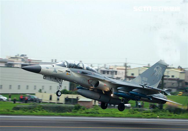 l D F戰機加掛Mk82炸彈緊急起飛。(記者邱榮吉/彰化花壇拍攝)
