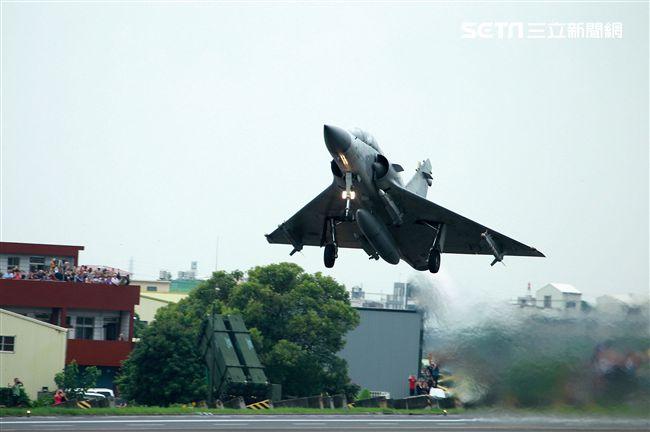 幻象2000戰機加掛魔法和雲母空對空飛彈,再升空投入戰場。(記者邱榮吉/彰化花壇拍攝)