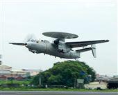 E-2K預警機加油整補作業後立即升空執行任務。(記者邱榮吉/彰化花壇拍攝)