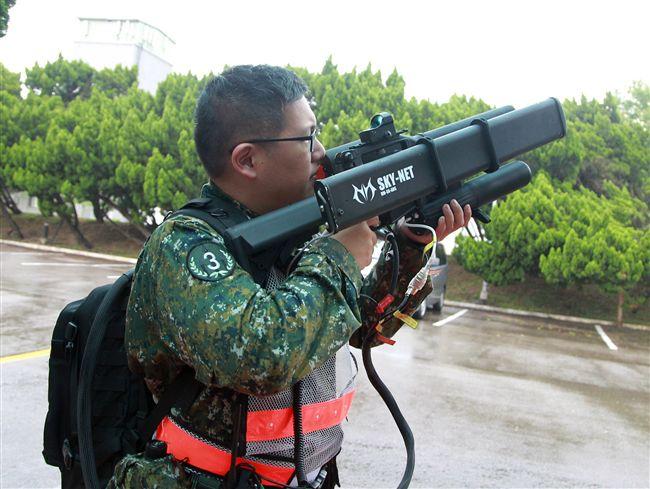 為防範無機為害戰備跑道戰機起降,空軍出動無人機干擾槍。(記者邱榮吉/彰化花壇拍攝)