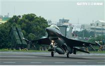 F-16戰機降落在國道一號彰化戰備道。(記者邱榮吉/彰化花壇拍攝)