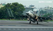 l D F戰機降落在國道一號彰化戰備道。(記者邱榮吉/彰化花壇拍攝)