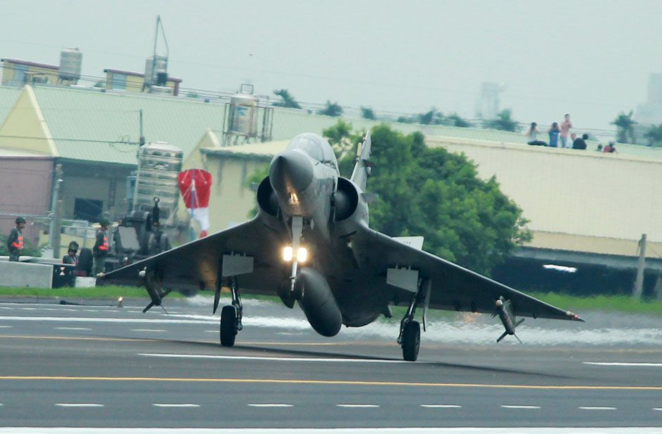 幻象2000戰機降落在國道一號彰化戰備道。(記者邱榮吉/彰化花壇拍攝)