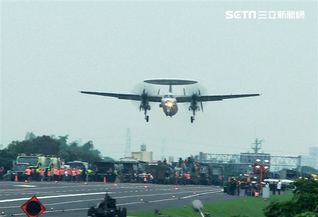 E-2K預警機降落在國道一號彰化戰備道。(記者邱榮吉/彰化花壇拍攝)