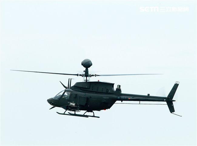 陸航HO-58D直升機直行戰場偵蒐。(記者邱榮吉/彰化花壇拍攝)