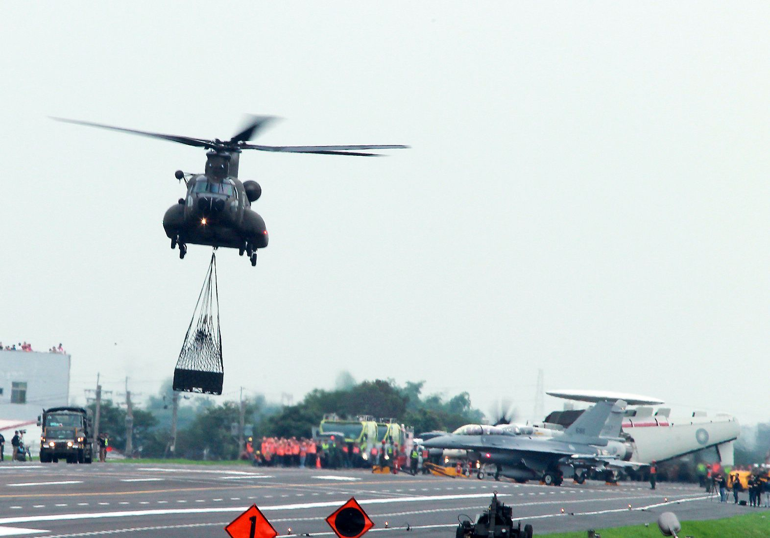 陸航CH-47SD直升機支援航材運補。(記者邱榮吉/彰化花壇拍攝)