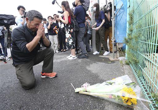日本川崎隨機砍人,民眾獻花哀悼/達志影像/美聯社
