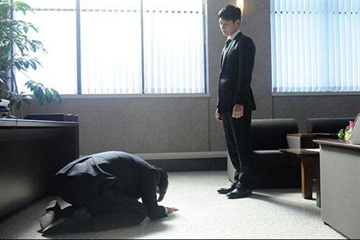 《半澤直樹》中讓上司以及大和田常務下跪的畫面讓人印象深刻。(圖/翻攝自TBS)