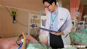 ▲醫師林崇智向患者說明病情。(示意圖與新聞內容無關/亞大醫院提供)