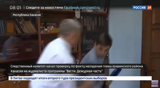 影/俄羅斯高官遭問「貪汙醜聞」秒發狂!怒抓記者摔地上(圖/翻攝自俄羅斯24 YouTube)