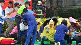 新北萬安演習 演練傷患急救後送新北市萬安42號演習27日在雨中進行,衛生福利部雙和醫院支援演練大量傷患處置與緊急救護送醫(圖)。中央社記者黃旭昇新北攝  108年5月27日
