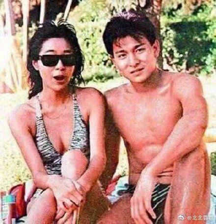 劉德華其實還有一段刻骨銘心的愛情,就是與女星喻可欣的三年情緣。 微博