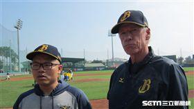 ▲中信兄弟總教練Scott Budner(伯納)與翻譯阮柏緯。(圖/記者蕭保祥攝影)