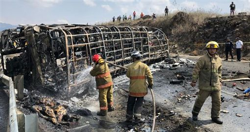 根據現場鑑識專家報告,有17具屍體屬巴士乘客,還有兩人死在半掛式卡車上。(圖/翻攝自Mexico Times Co News Twitter)