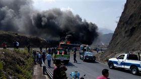 一輛半掛式卡車和一輛巴士在墨國東部相撞後起火燃燒,造成至少21人死亡、30人受傷。(圖/翻攝自Mexico Times Co News Twitter)